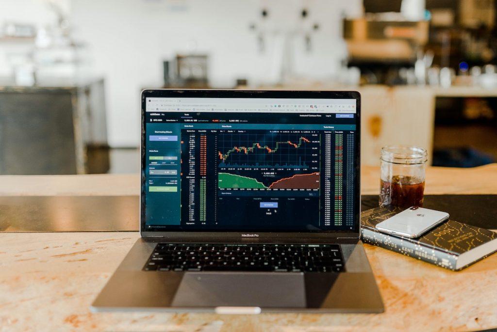 低迷する実体経済をよそに上昇を続ける金融市場の背景を読む